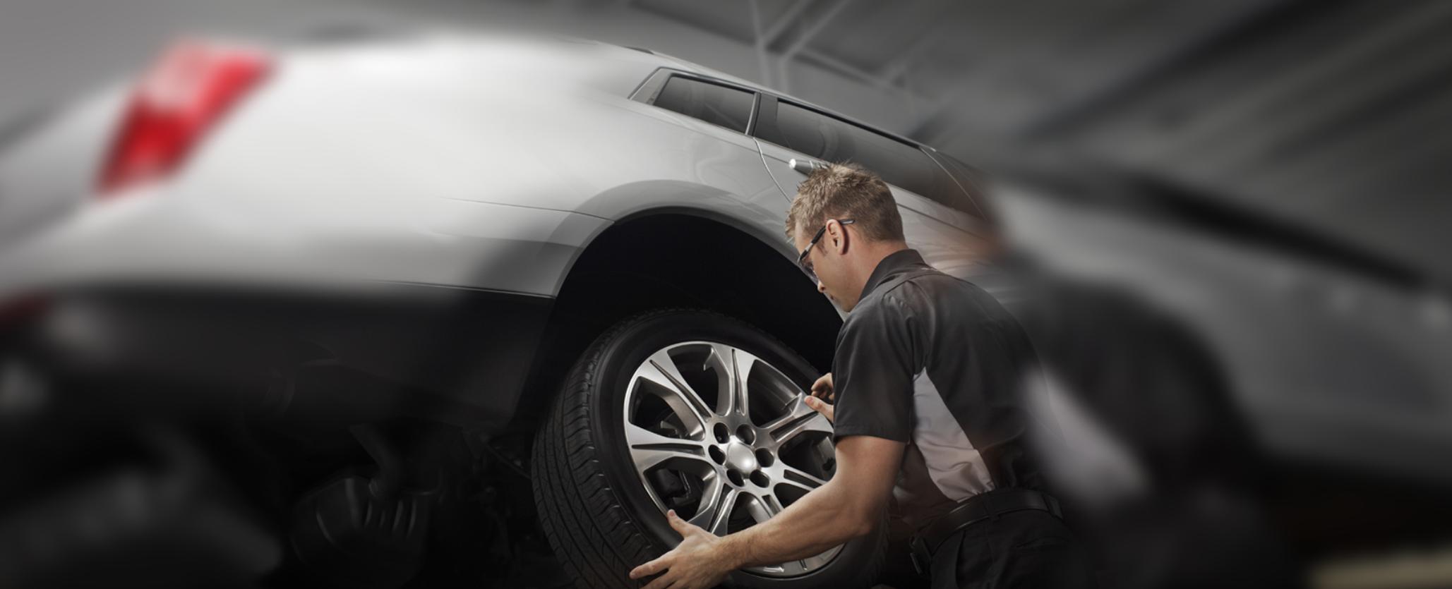 Funcionário a trocar um pneu
